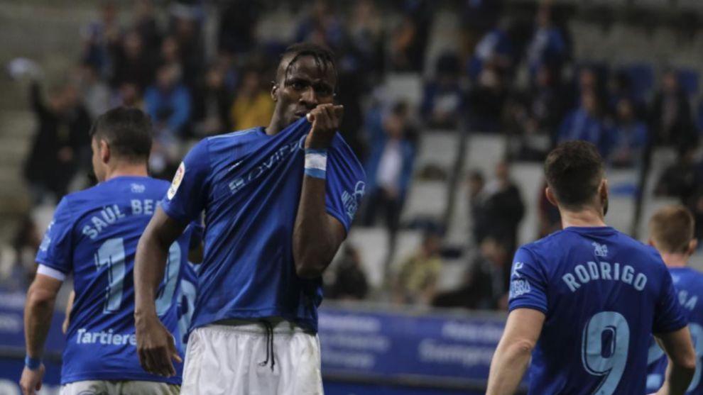 Ibra celebra su gol al Albacete besándose el escudo