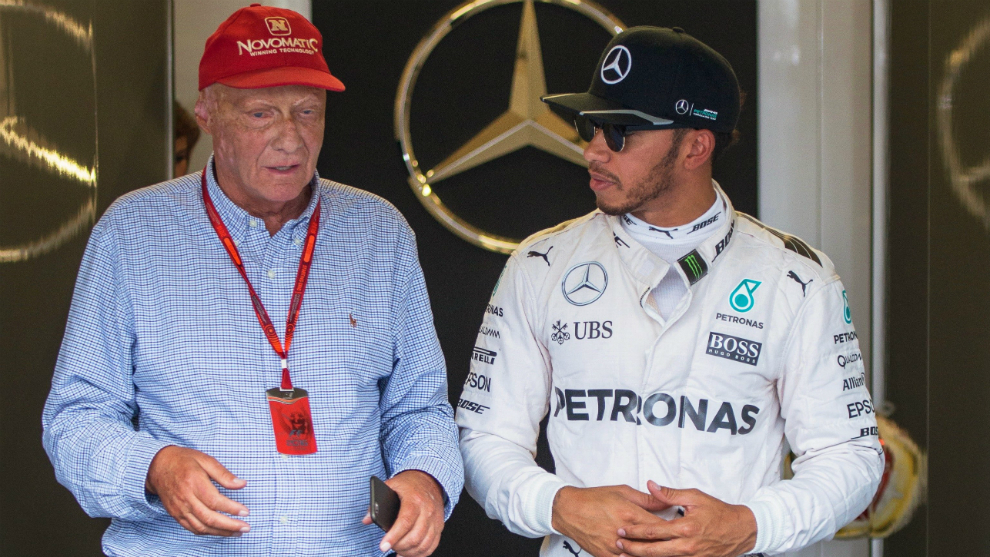 Lauda conversa con Hamilton.