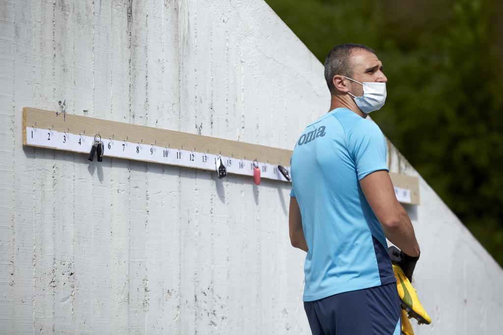 Kike García, acudiendo a un entrenamiento del Eibar con mascarilla.