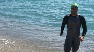 Óscar Salguero, en la playa de la Barceloneta donde se entrena estos...