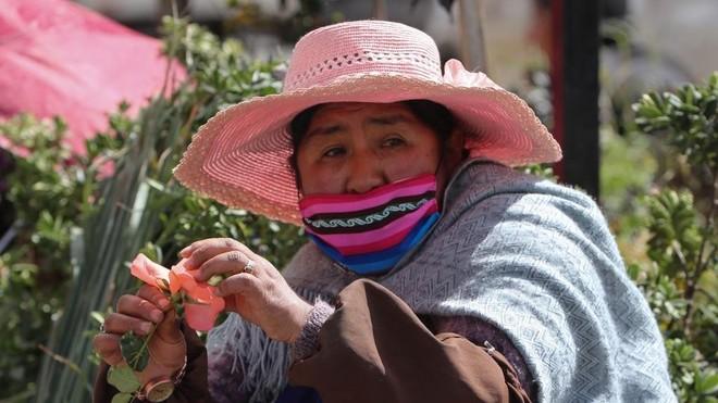 Una mujer vende flores en El Alto (Bolivia).