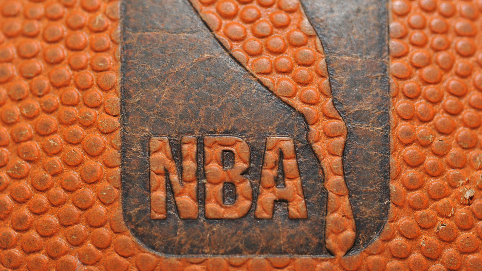 El logo de la NBA en uno de sus balones