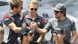 Grosjean y Alonso se saludan en el GP de Canadá de 2017.