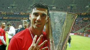 Reyes celebra un título de la Europa League con el Sevilla.
