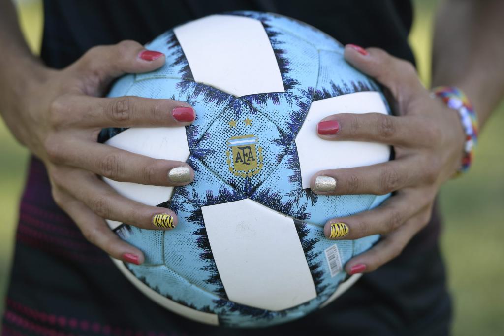 Una jugadora controla un balón durante un entrenamiento.