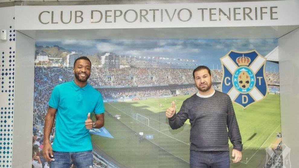 Shaq Moore junto al director deportivo Juan Carlos Cordero en el club...