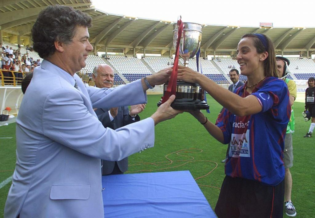 Tere Saurí recoge el trofeo de la Copa de la Reina de manos de Ángel...