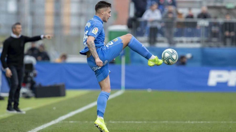 Sotillos controla un balón en el partido ante el Girona en el...
