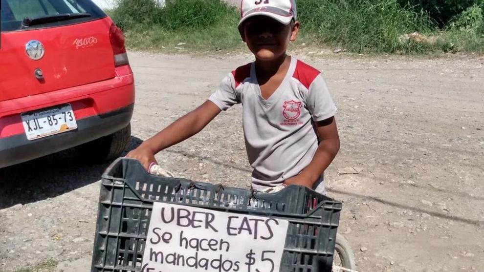 Iker hace mandados por cinco pesos en su colonia durante la pandemia