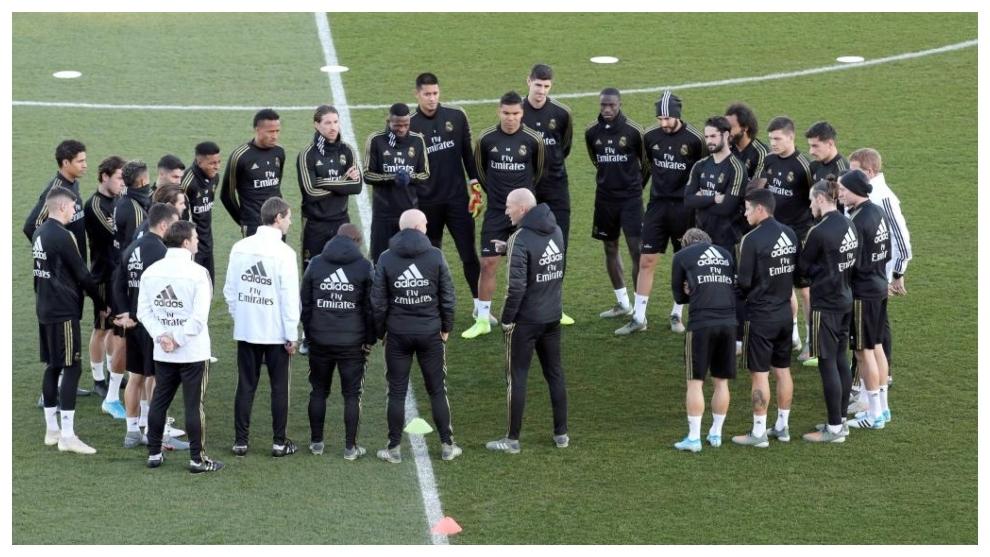 Zidane charla con sus jugadores antes de un entrenamiento en...