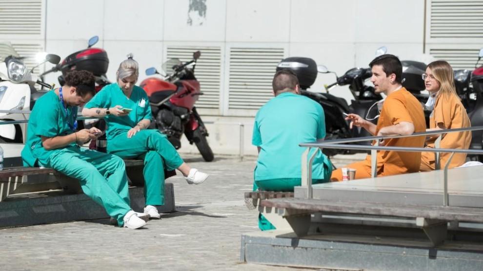Sanitarios de Vall d'Hebron, durante un descanso