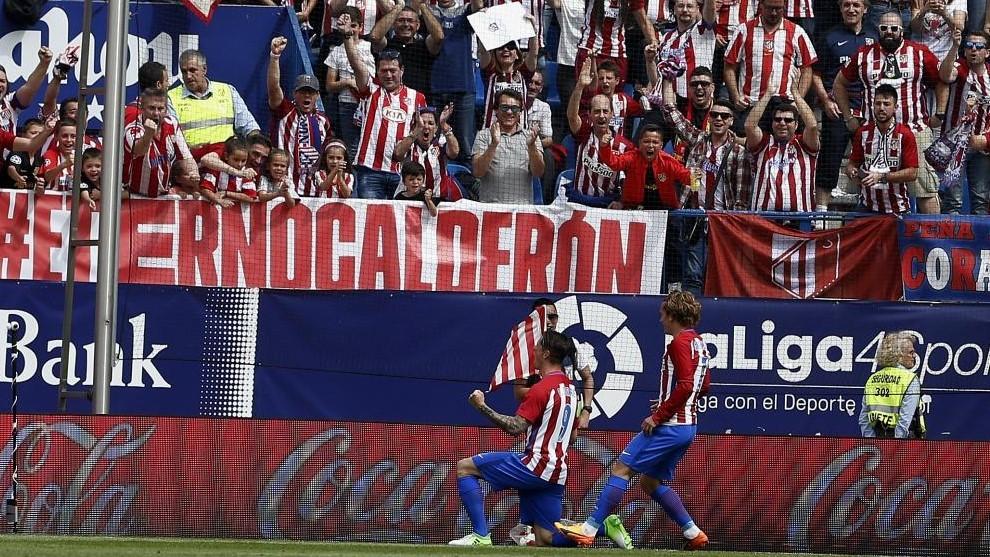 Torres celebra uno de sus goles en el último partido del Calderón.