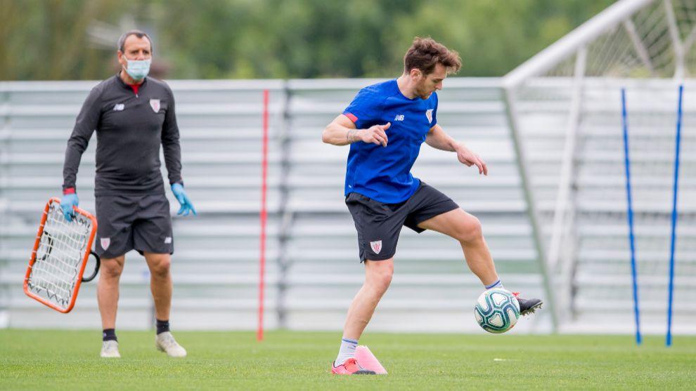 Ferreira sigue a Ibai Gómez en una parte del entrenamiento.