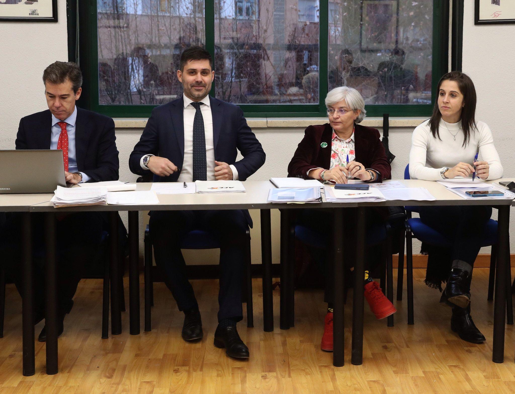GRAF2062. MADRID, 19/12/2019.- El presidente de la AFE, David Aganzo (2i), y la codirectora de la asesoría jurídica de dicha asociación, lt;HIT gt;Maria lt;/HIT gt; lt;HIT gt;José lt;/HIT gt; lt;HIT gt;López lt;/HIT gt; (2d), durante la reunión con la Asociación de Clubes de Fútbol Femenino para negociar el primer convenio colectivo. EFE/Kiko Huesca
