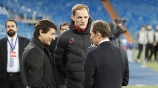 Leonardo y Tuchel charlan con Butragueño en el Bernabéu.