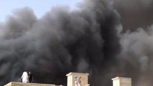 Espeluznantes columnas de humo tras estrellarse un avión con 90 pasajeros en Pakistán