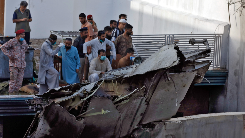 107 personas habrían muerto al estrellarse un avión en Pakistán