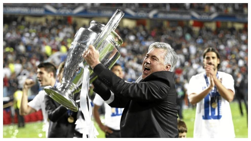 Ancelotti, celebrando la Décima conquistada en Lisboa.