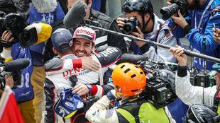 Fernando Alonso, celebrando su segunda victoria en Le Mans en 2019.