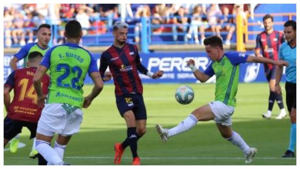 Pablo Larrea, con el balón, ante Granero en el...