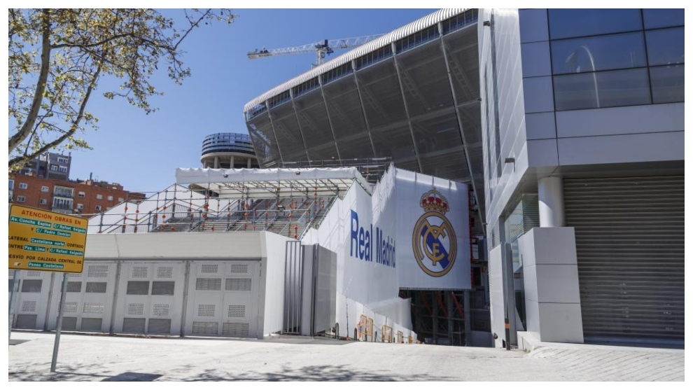 La fachada en obras del Santiago Bernabéu.