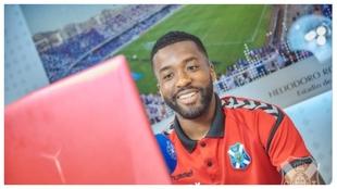 Shaq Moore firmando su contrato de renovación