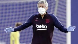 Quique Setién, con mascarilla en un entrenamiento del Barcelona.