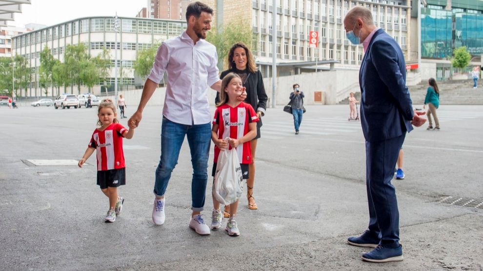 Elizegi receives Aduriz, his wife and daughters upon arrival in San ...
