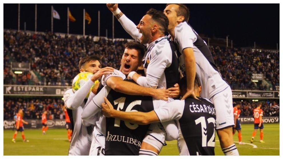 Los jugadores del Castellón celebran uno de sus goles