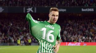 Loren celebra un gol con el Betis.