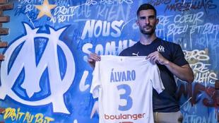 Álvaro posa con la camiseta del Olympique de Marsella.