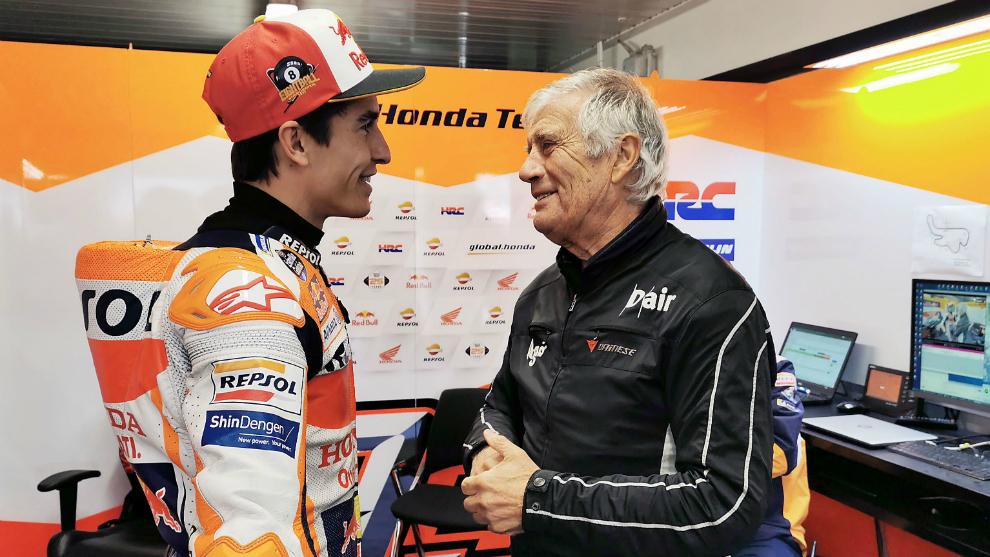Giacomo Agostini conversa con Marc Márquez.