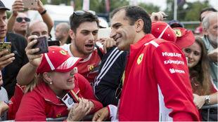 Marc Gené, con los 'tifosi' de Ferrari.