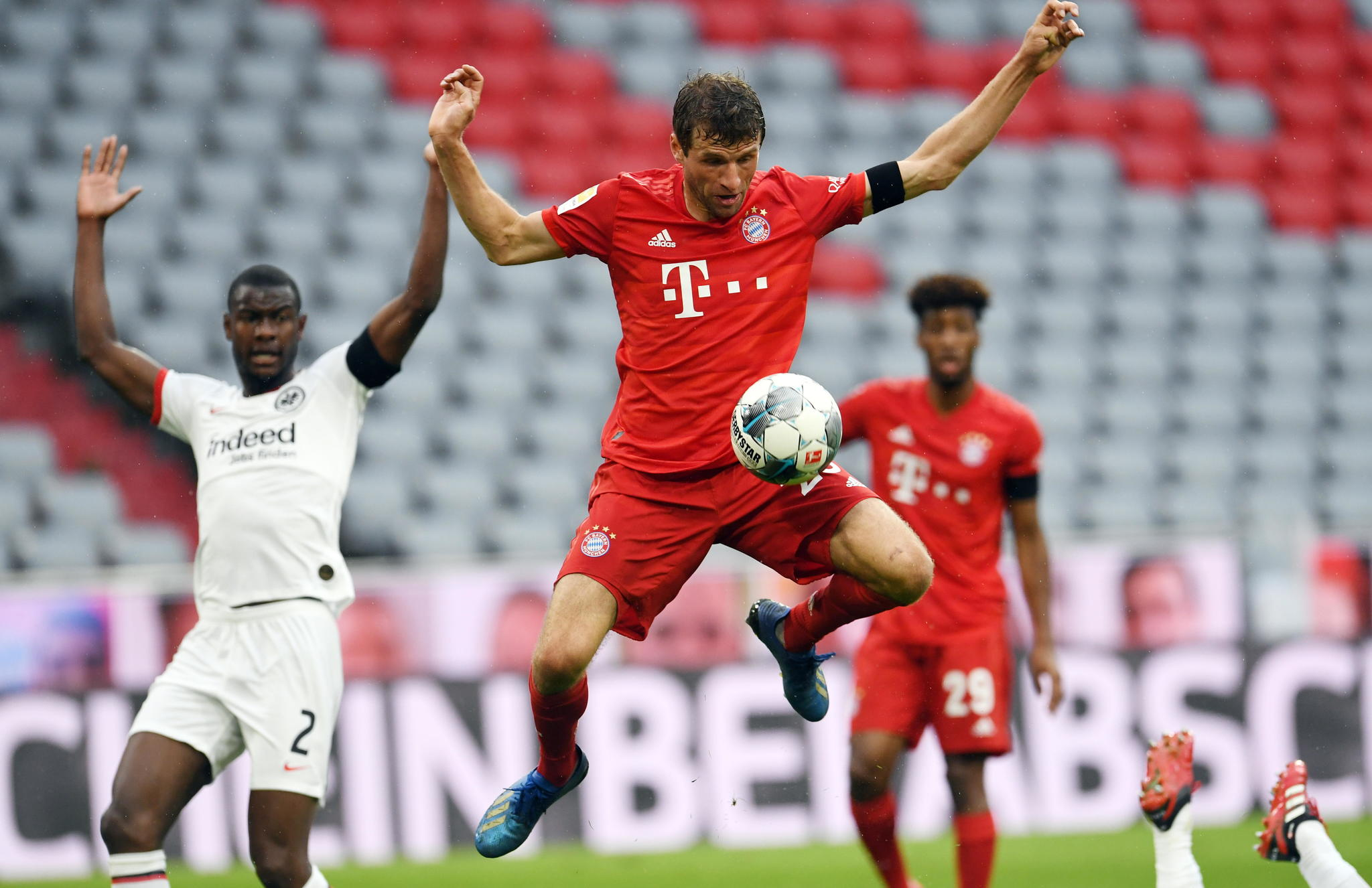 Munich (Germany), 23/05/2020.- Bayern Munichs Thomas lt;HIT gt;Muller lt;/HIT gt; (C) scores during the German Bundesliga soccer match Bayern Munich vs Eintracht Frankfurt in Munich, Germany, 23 May 2020. The German Bundesliga is the worlds first major soccer league to resume after a two-month suspension because of the Coronavirus pandemic. (Alemania) EFE/EPA/ANDREAS GEBERT / POOL DFL regulations prohibit any use of photographs as image sequences and/or quasi-video
