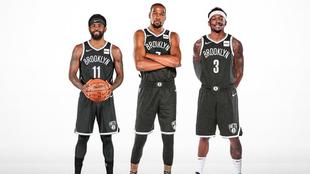 Irving, Durant y Beal con la camiseta de los Nets