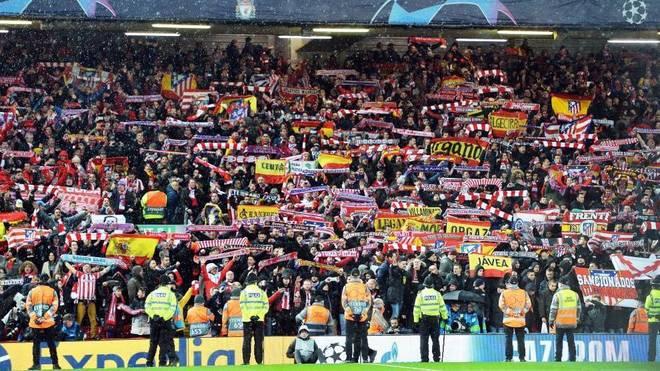 Los aficionados del Atlético, en Anfield.
