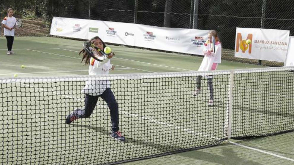 Se permitirán las cases de tenis con 10 personas en pista y jugar...
