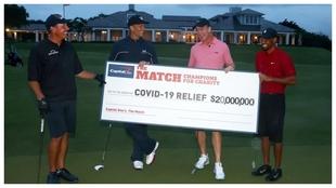 Mickelson, Brady, Manning y Tiger, con el cheque benéfico.