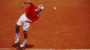 Federer se dispone a sacar en Roland Garros