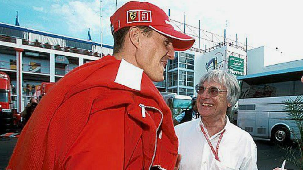 Ecclestone charla con Michael Schumacher.