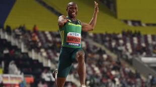 Luvo Manyonga, durante un salto