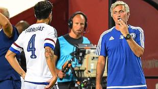 Mourinho da instucciones a Ces durante un partido.