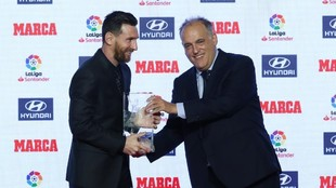 Messi receiving the Pichichi award from Javier Tebas.
