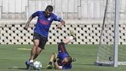 Correa intenta superar a Oblak en un entrenamiento.