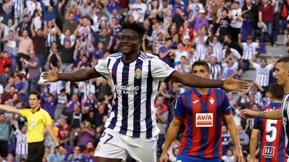 Salisu celebra un gol con el Valladolid.
