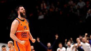 Bojan Dubljevic hace un gesto de alegría durante un partido.