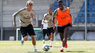 Kroos y Vinícius disputan un balón en el entrenamiento de esta...