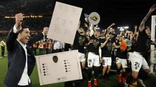 Marcelino y los jugadores celebran la victoria en la Copa. Parte de la...
