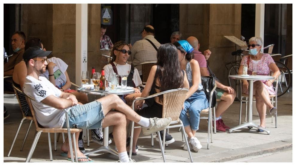 Varios clientes toman sus bebidas en una terraza de la Pla del Rei...