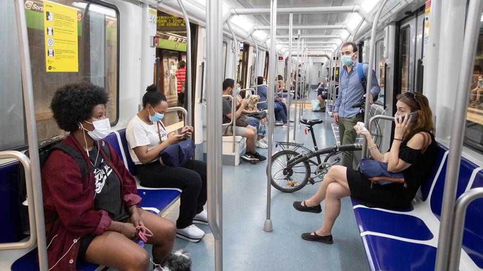 Ciudadanos en el metro de Barcelona.